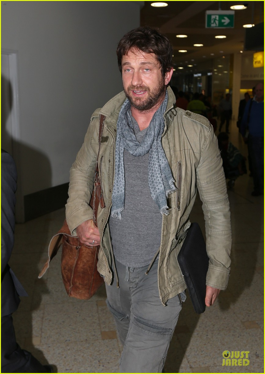 gerard butler is surrounded by security at sydney airport 073065141