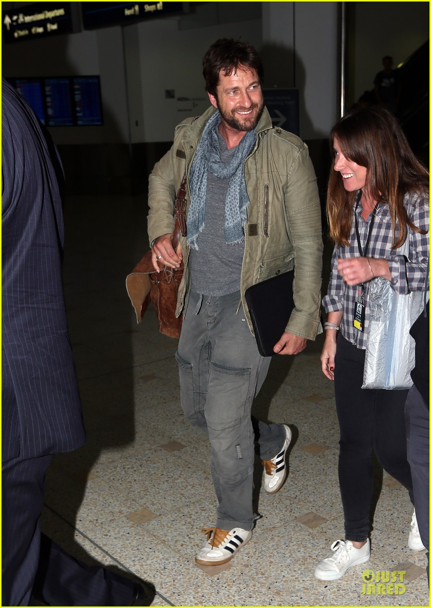 gerard butler is surrounded by security at sydney airport 083065142