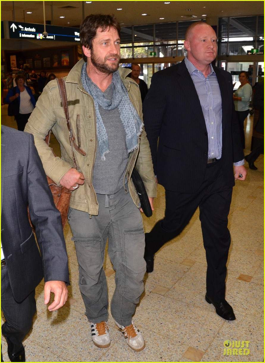 gerard butler is surrounded by security at sydney airport 103065144