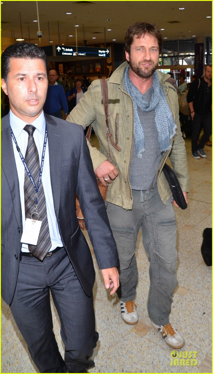 gerard butler is surrounded by security at sydney airport 123065146