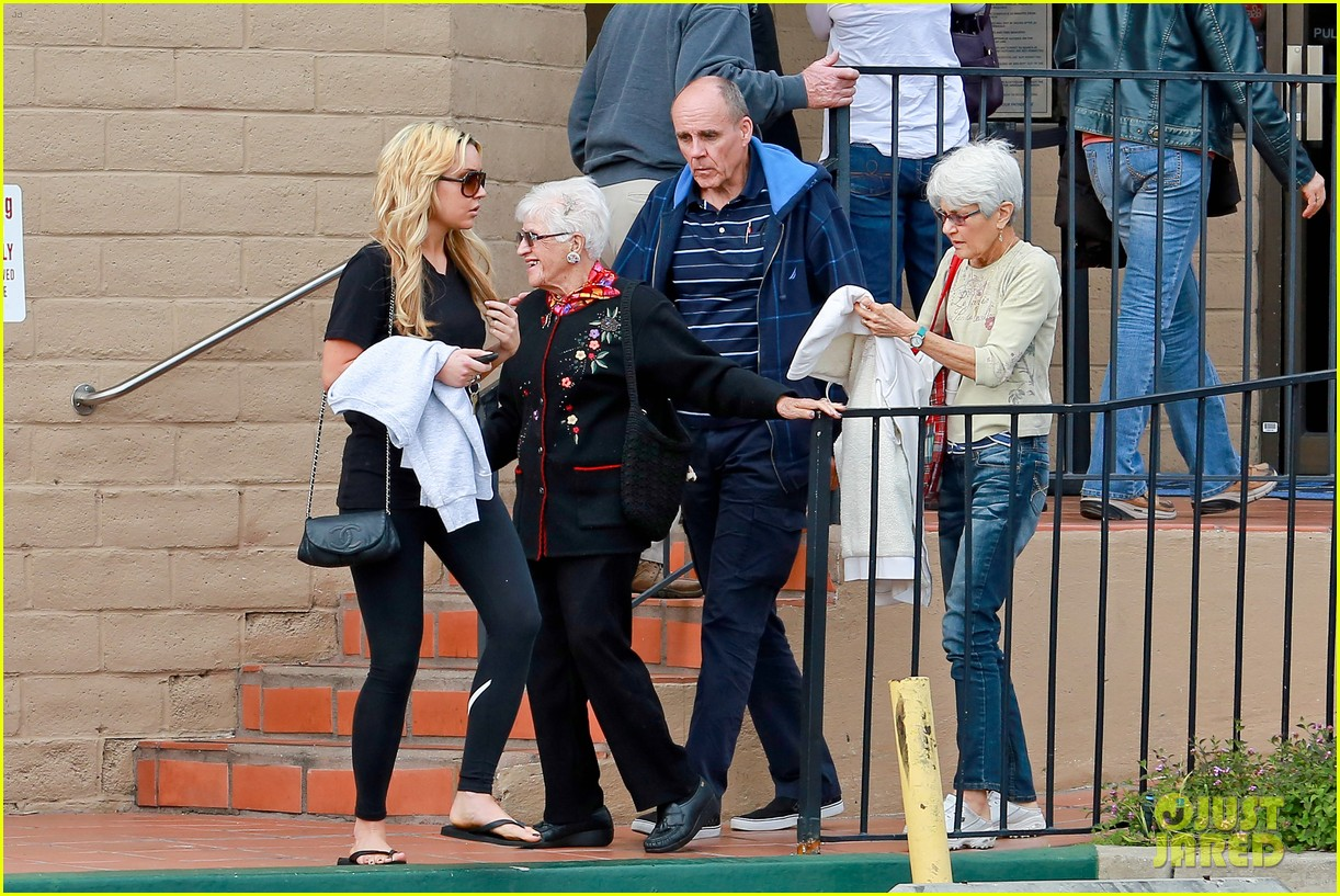amanda bynes looks happy with her family 03