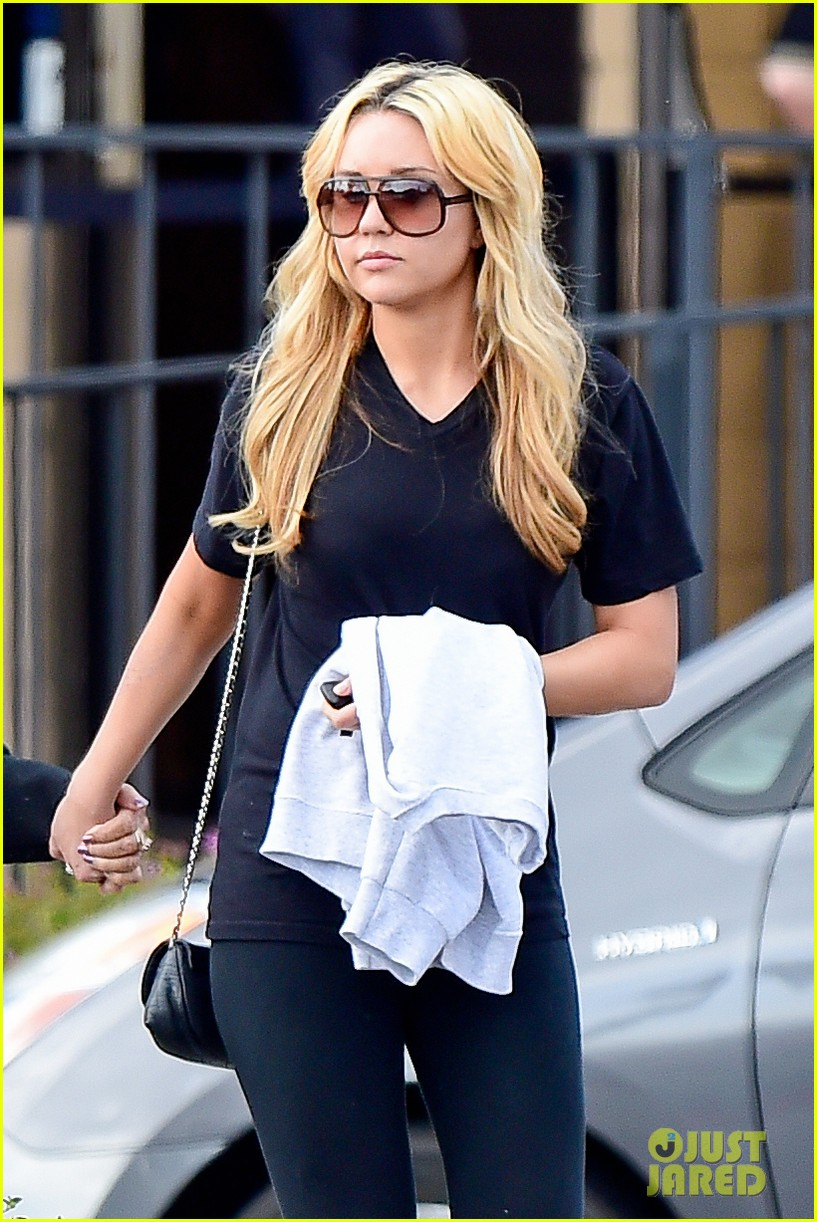 amanda bynes looks happy with her family 043077520