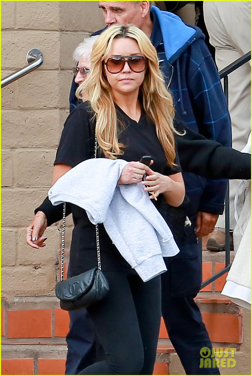 amanda bynes looks happy with her family 063077522