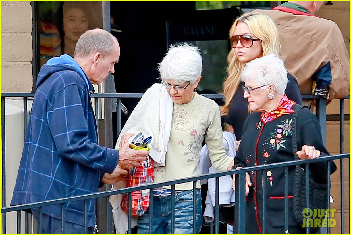 amanda bynes looks happy with her family 133077529