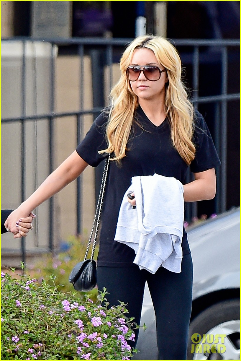 amanda bynes looks happy with her family 153077531