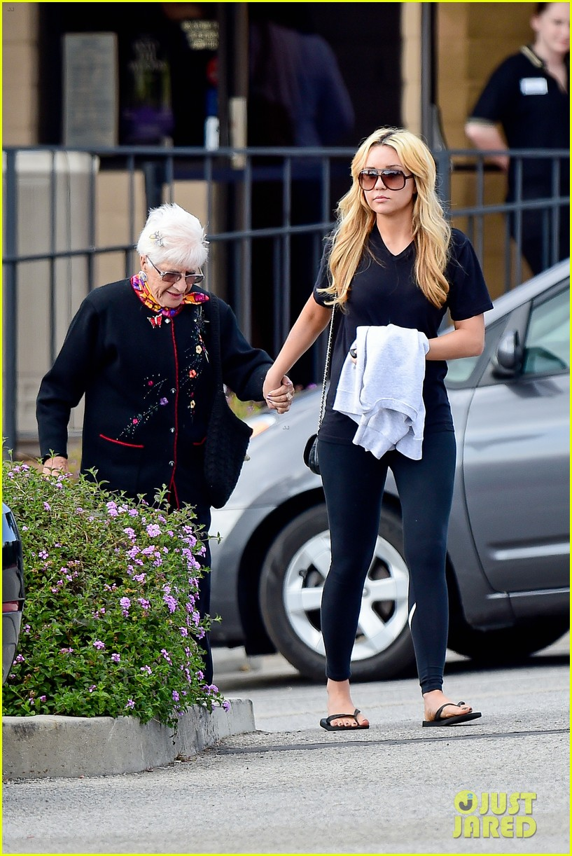 amanda bynes looks happy with her family 173077533