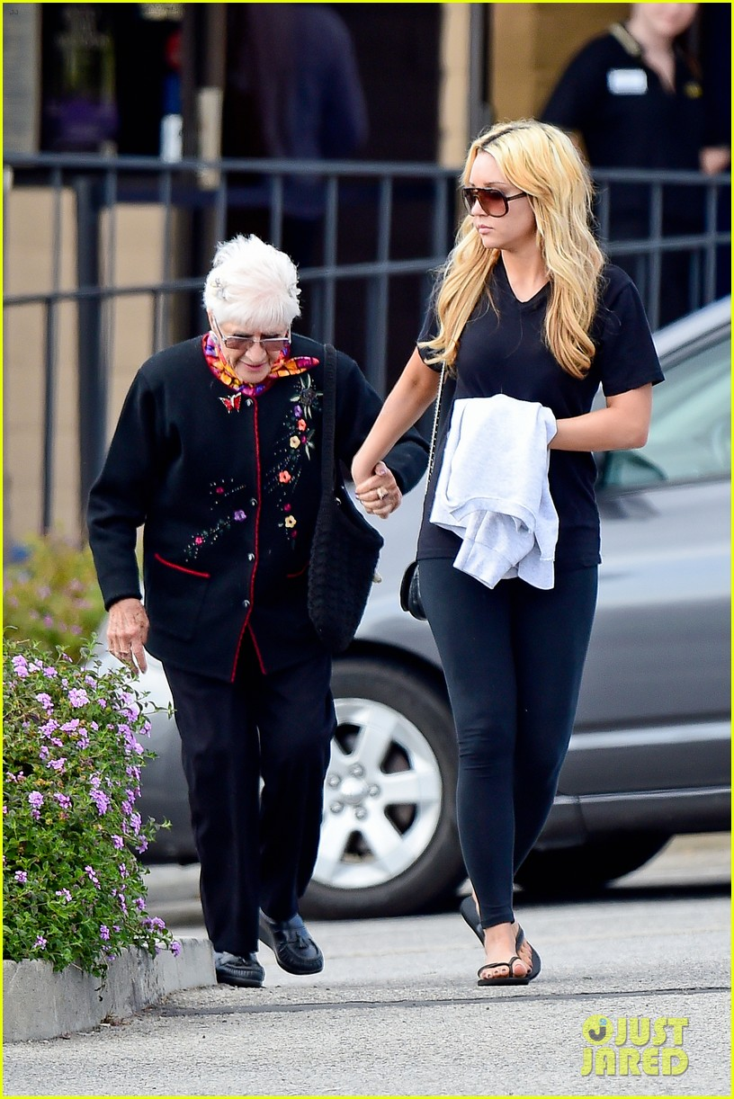 amanda bynes looks happy with her family 243077540