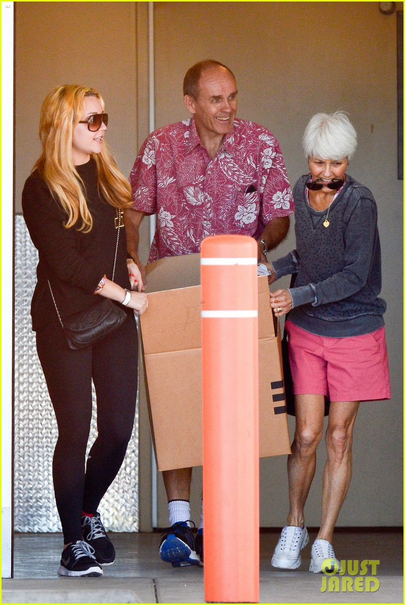 amanda bynes her parents pack up boxes at storage facility 033069025