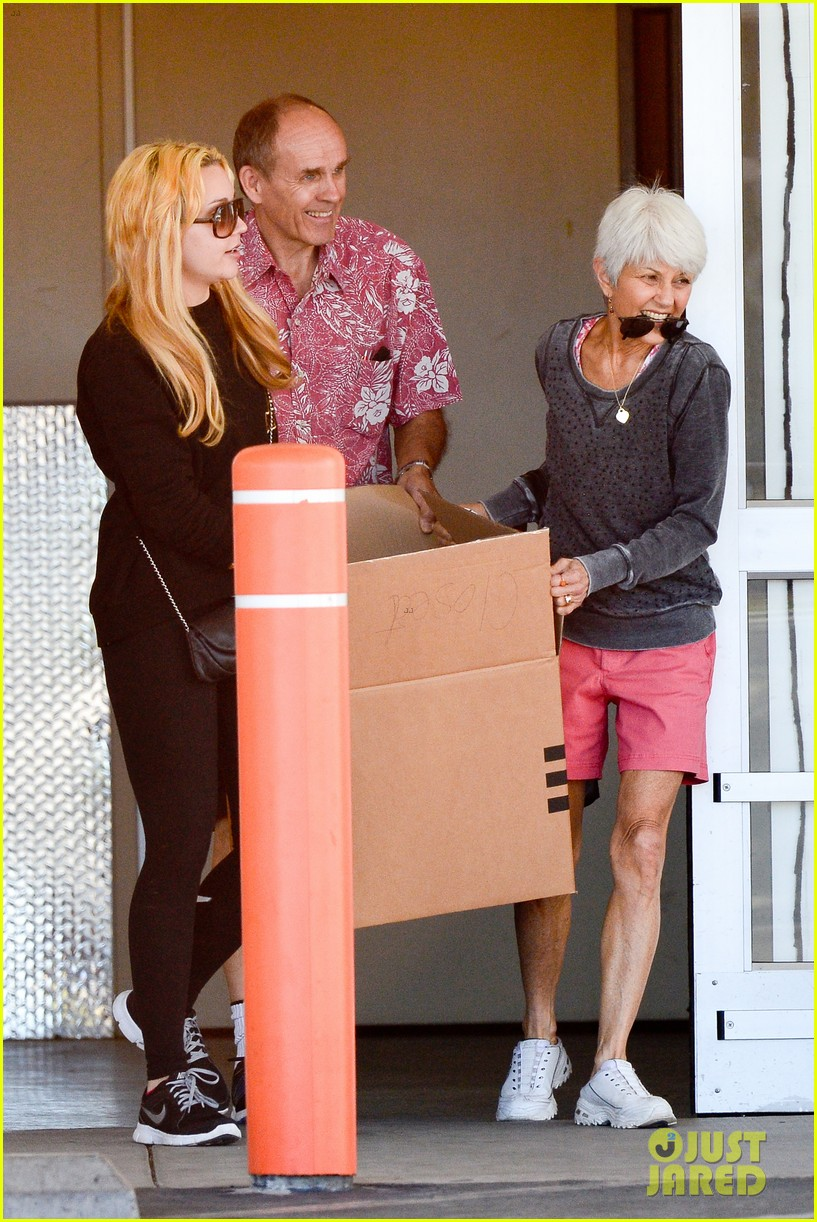 amanda bynes her parents pack up boxes at storage facility 083069030