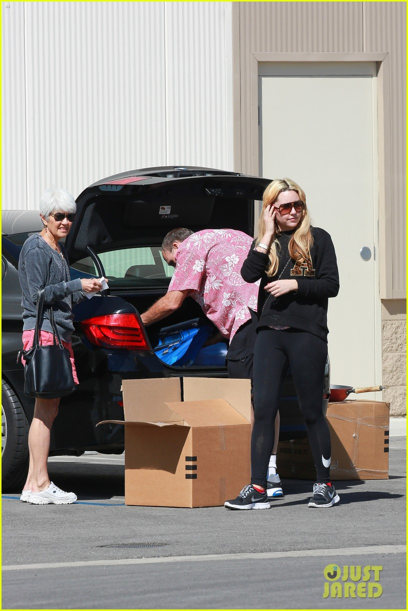 amanda bynes her parents pack up boxes at storage facility 093069031