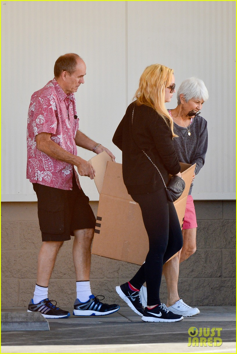 amanda bynes her parents pack up boxes at storage facility 153069037