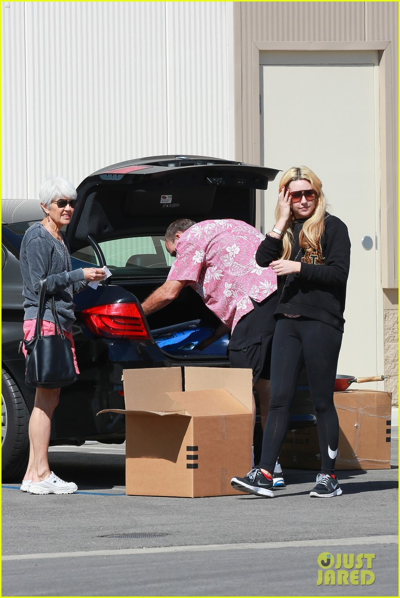 amanda bynes her parents pack up boxes at storage facility 203069042