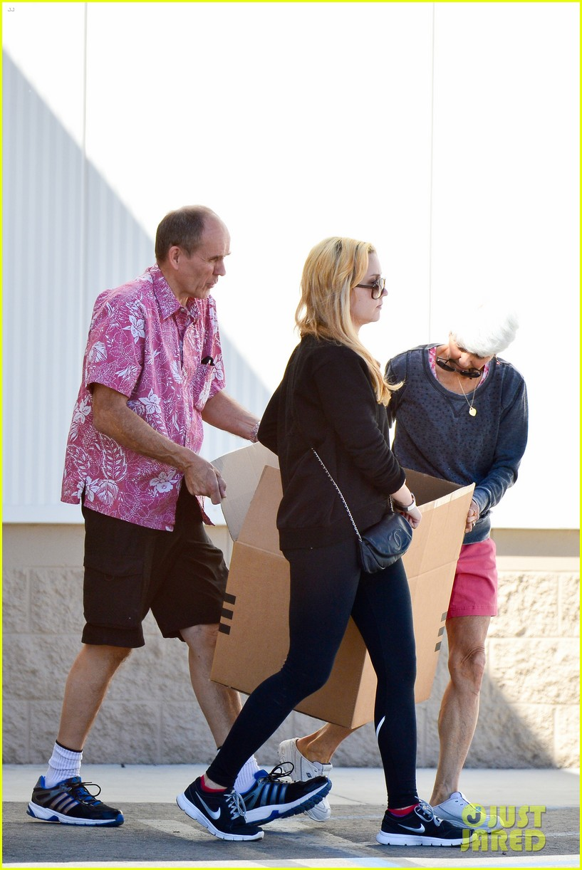 amanda bynes her parents pack up boxes at storage facility 21