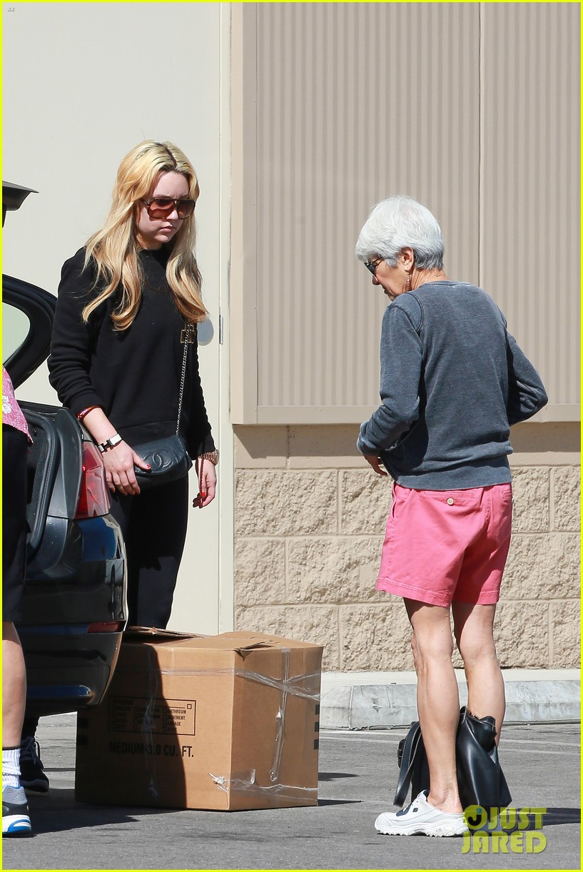 amanda bynes her parents pack up boxes at storage facility 263069048