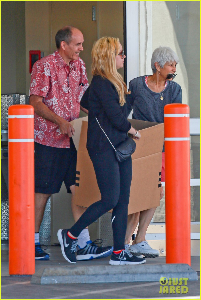 amanda bynes her parents pack up boxes at storage facility 27