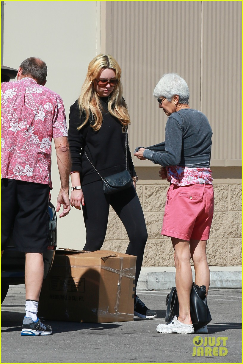 amanda bynes her parents pack up boxes at storage facility 283069050
