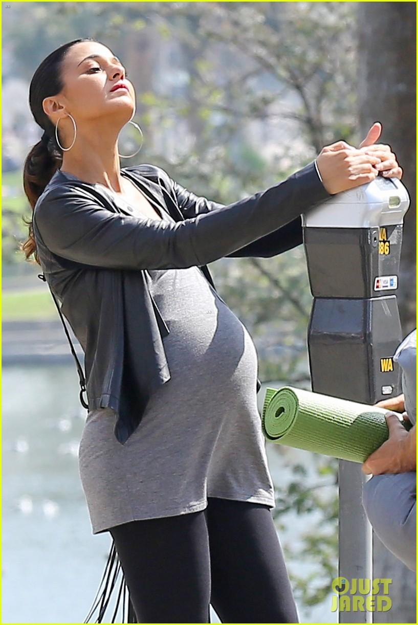 emmanuelle chriqui wears fake baby bump on entourage movie set 073066646