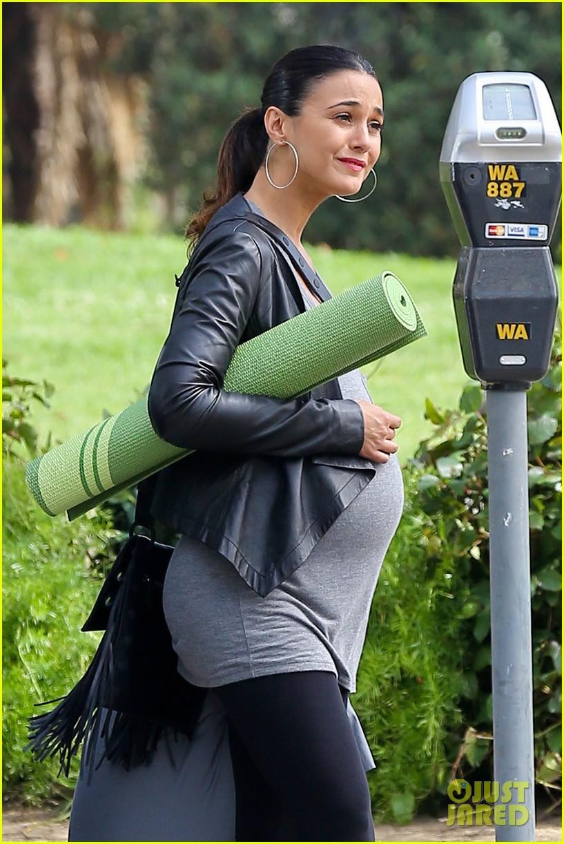 emmanuelle chriqui wears fake baby bump on entourage movie set 083066647