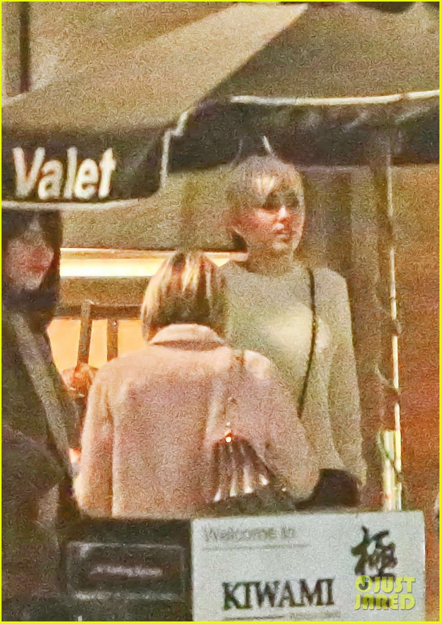 miley cyrus emma roberts have dinner together 033079657