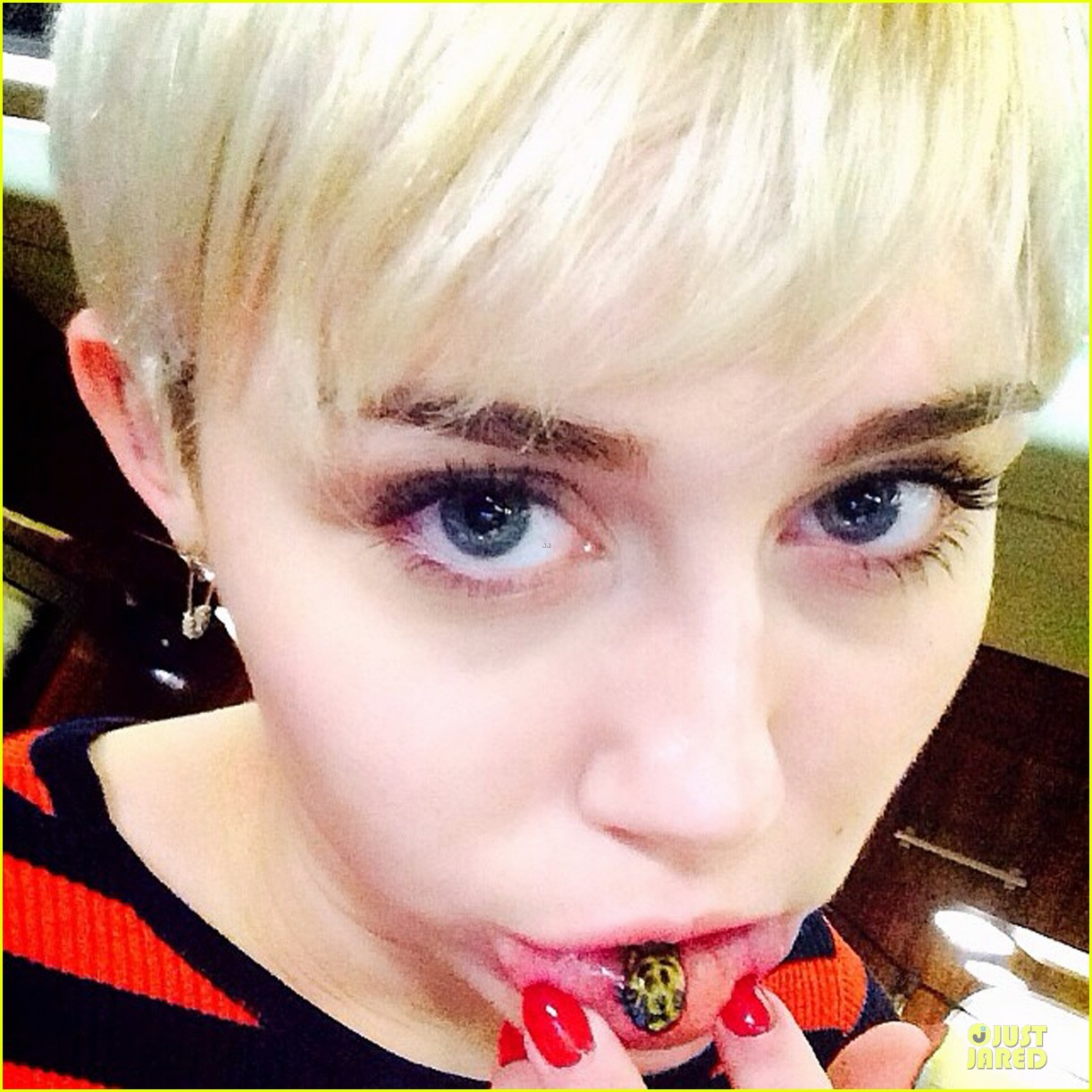 miley cyrus gets kitty tattoo on inner lip 023072494