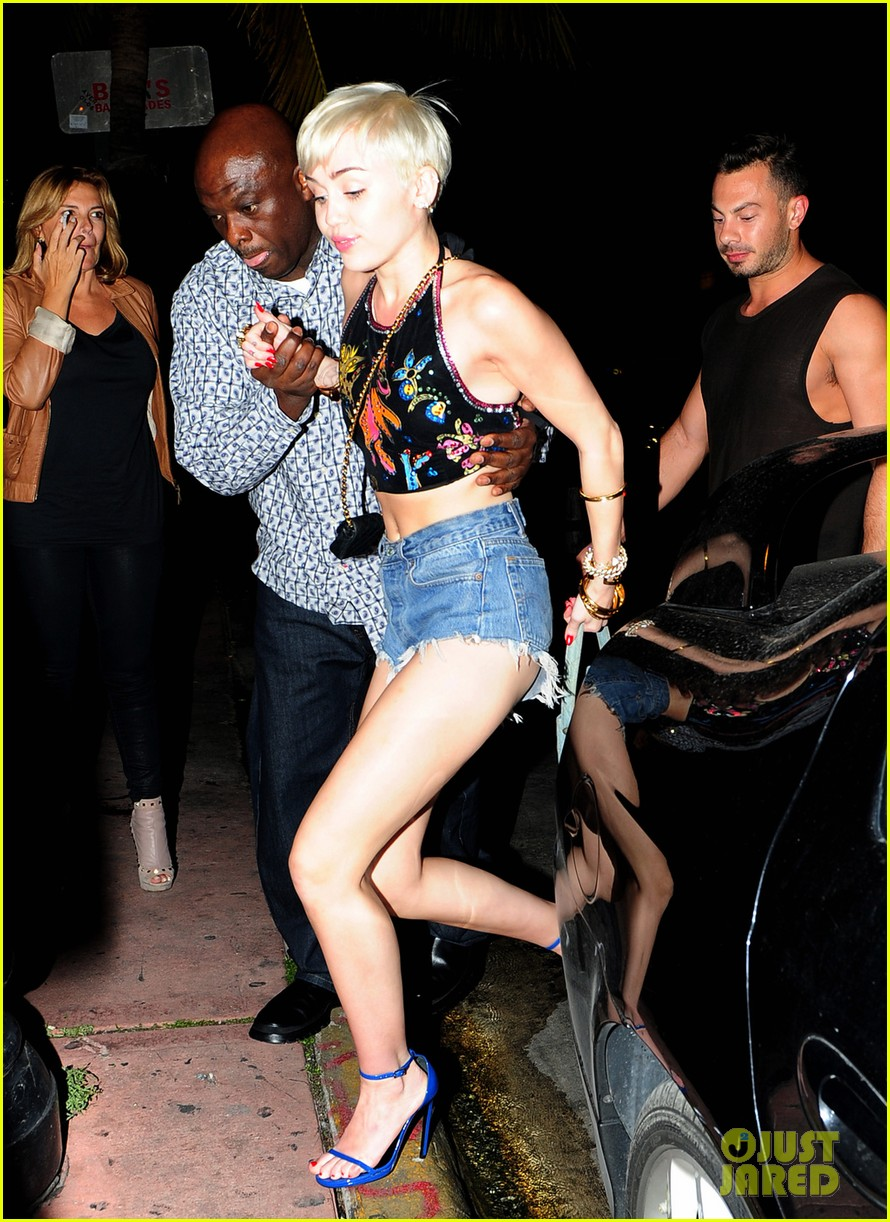 miley cyrus spits water on her bangerz audience they seem to love it 033076956