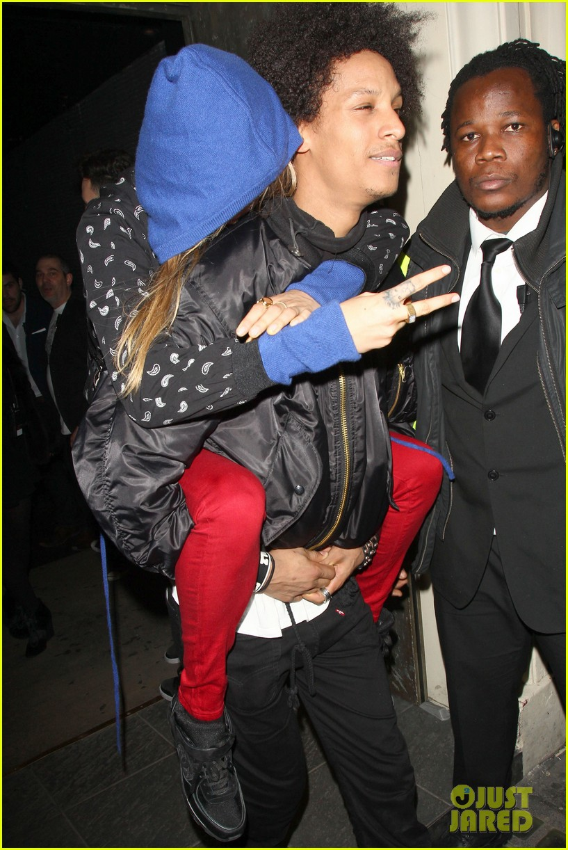 cara delevingne gets a piggy back from beyonces dancer 05