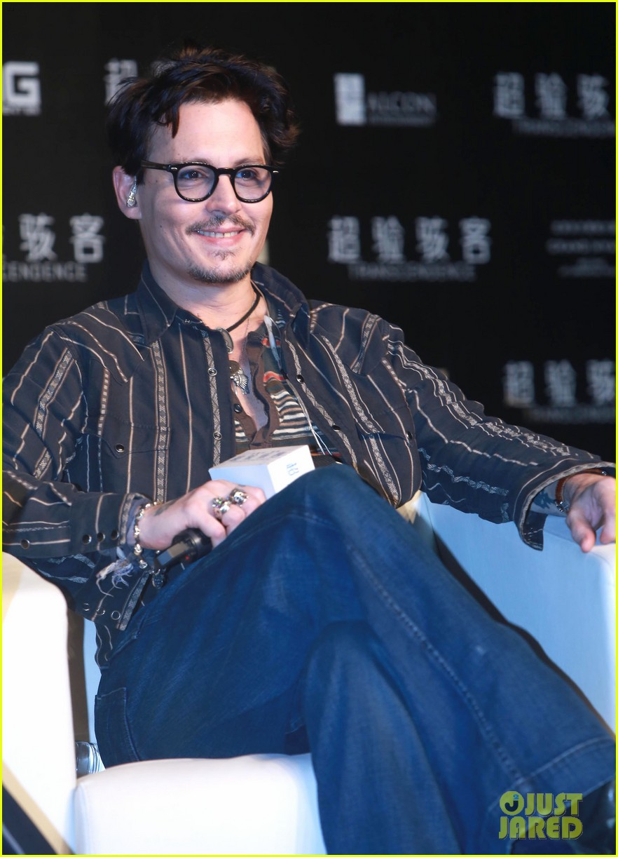 johnny depp confirms engagement chick ring 04