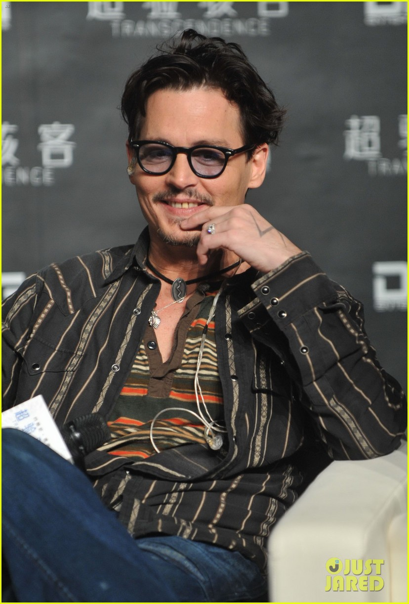 johnny depp confirms engagement chick ring 09