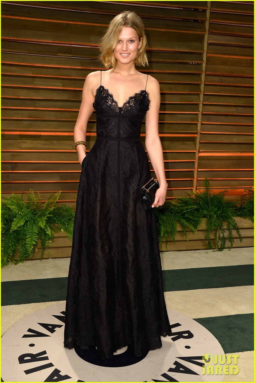leonardo dicaprios girlfriend toni garrn joins him for oscars after party 013064863