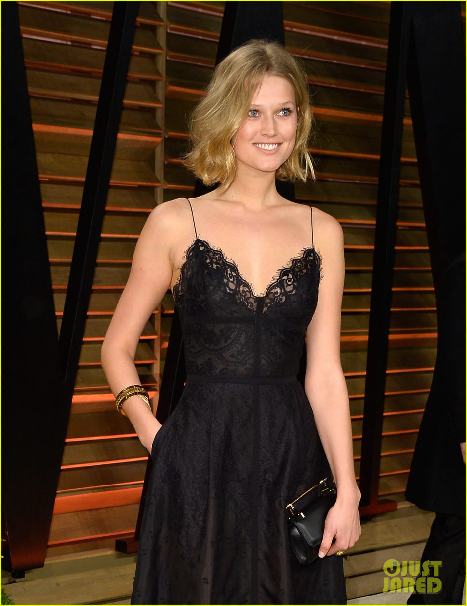 leonardo dicaprios girlfriend toni garrn joins him for oscars after party 043064866