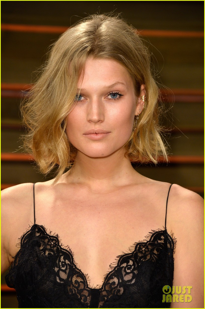 leonardo dicaprios girlfriend toni garrn joins him for oscars after party 093064871