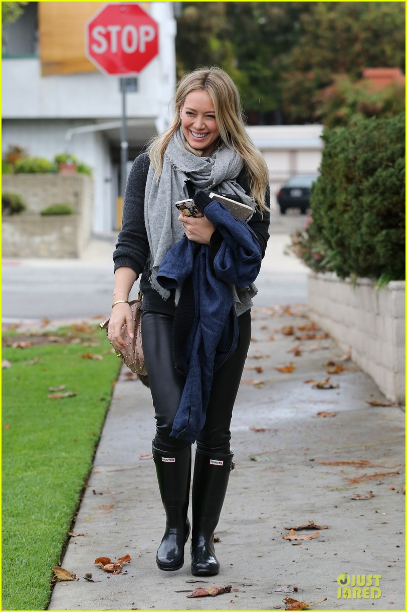 hilary duff gets pretty flowers from someone who loves her 013062685