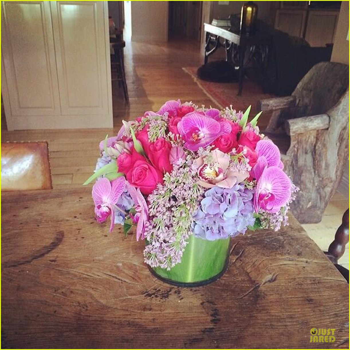 hilary duff gets pretty flowers from someone who loves her 053062689