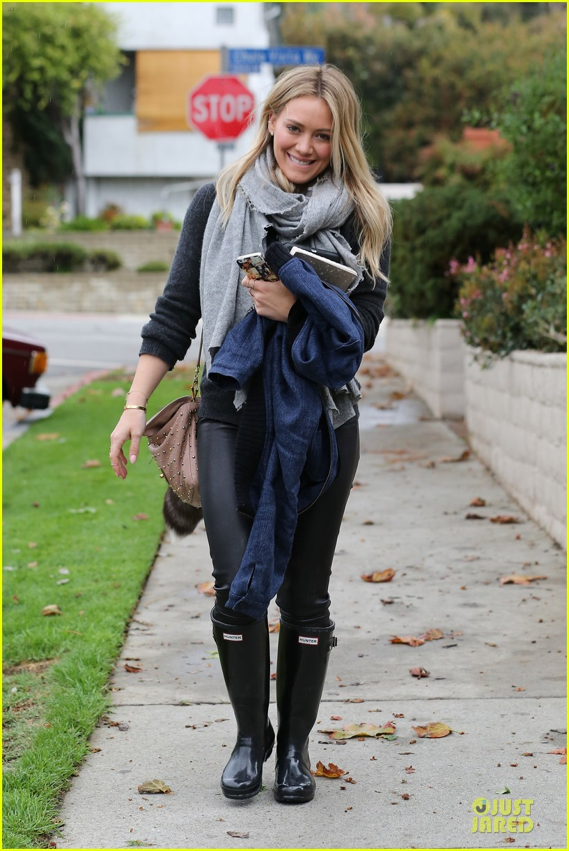 hilary duff gets pretty flowers from someone who loves her 063062690
