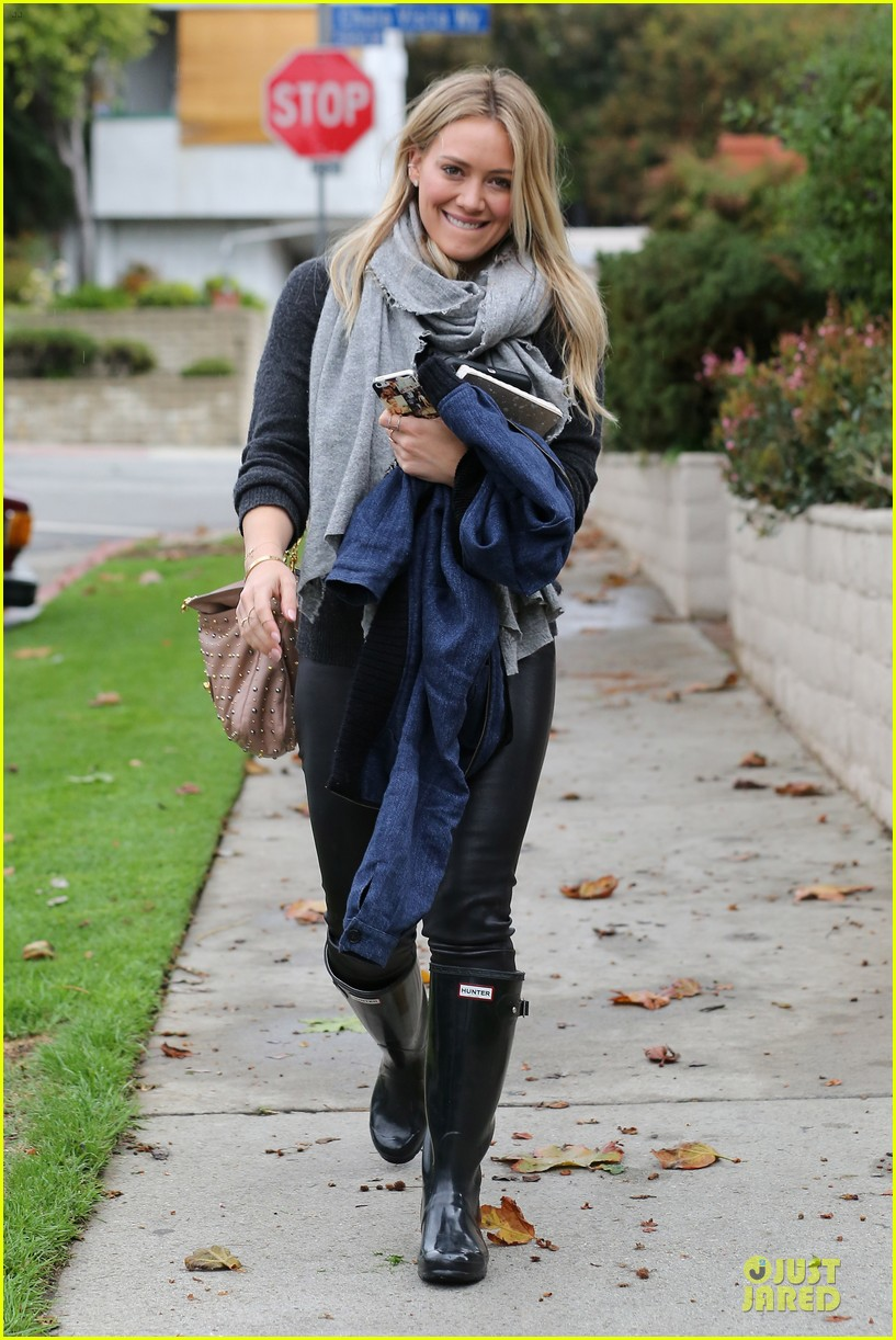 hilary duff gets pretty flowers from someone who loves her 07