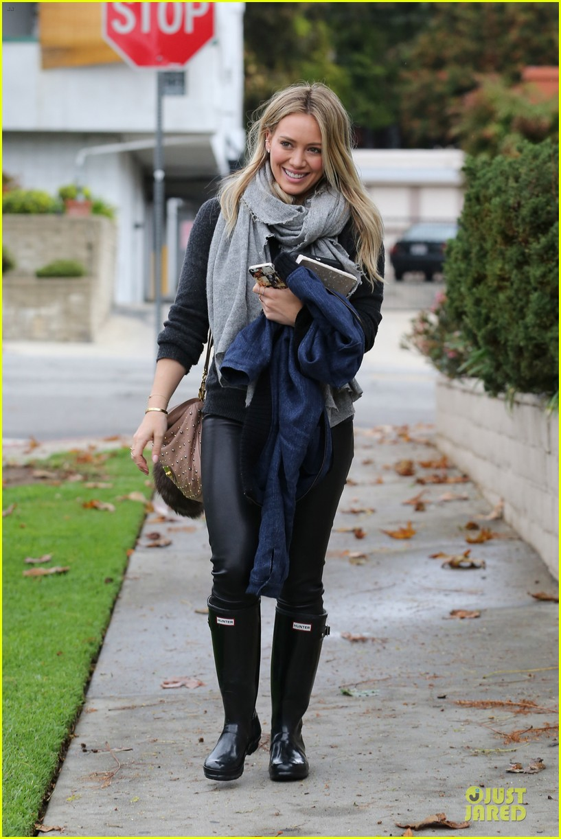 hilary duff gets pretty flowers from someone who loves her 083062692