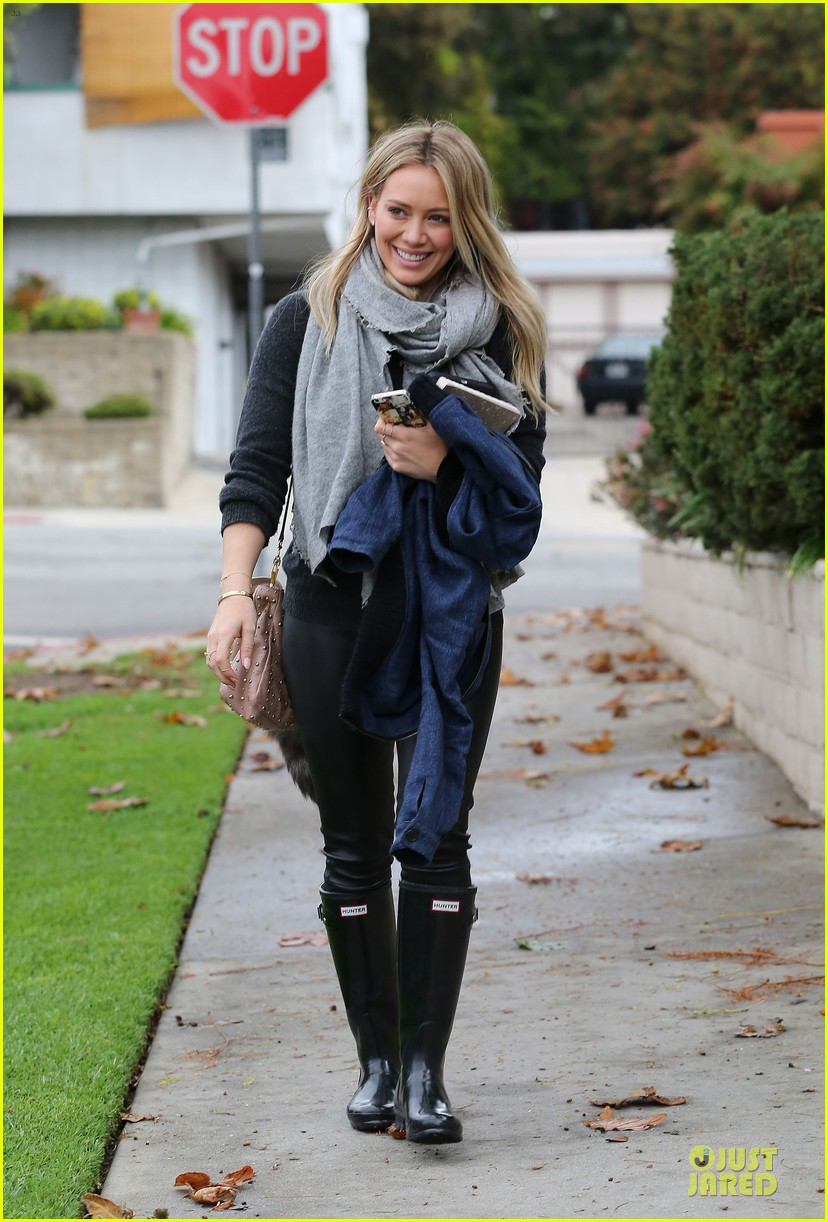 hilary duff gets pretty flowers from someone who loves her 113062695