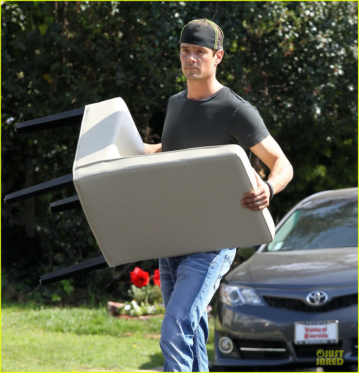 josh duhamel macho man with furniture loading 023078060