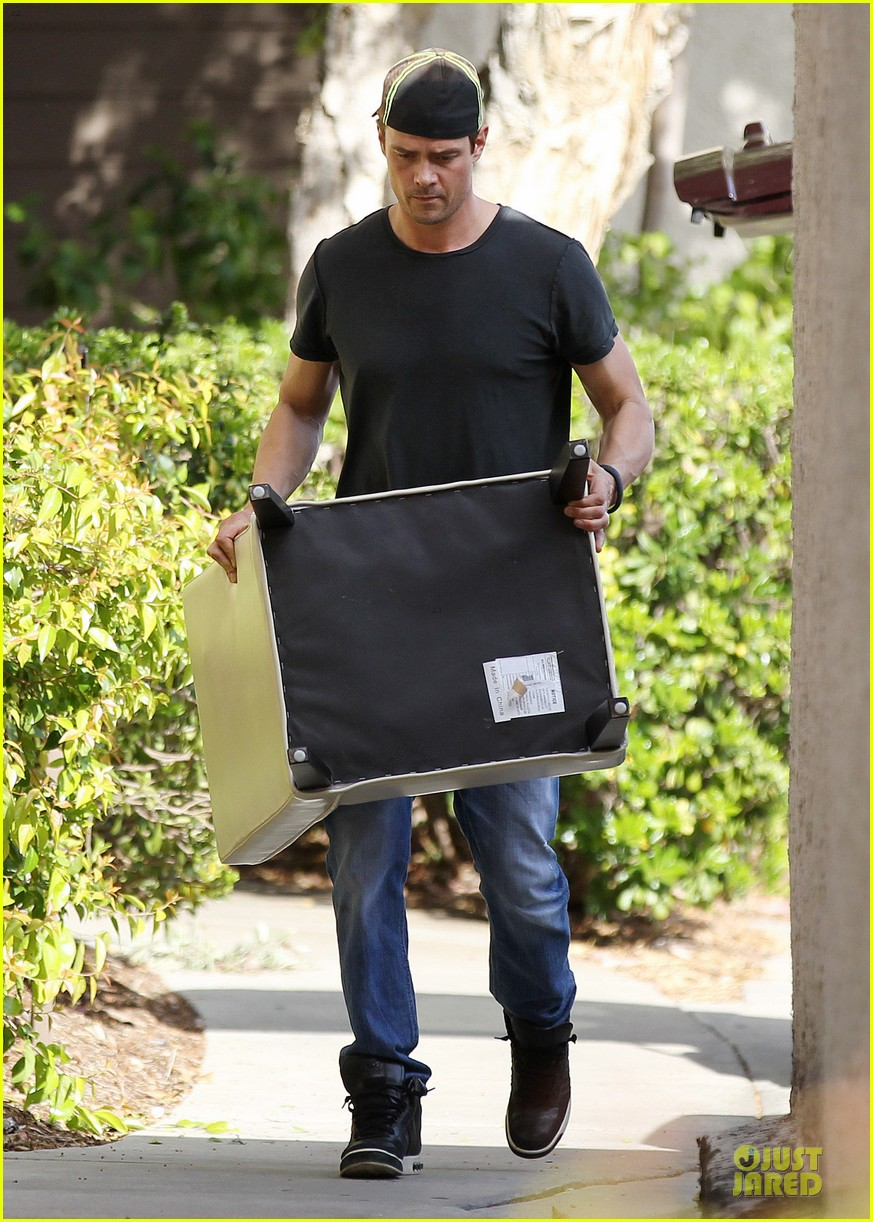 josh duhamel macho man with furniture loading 053078063