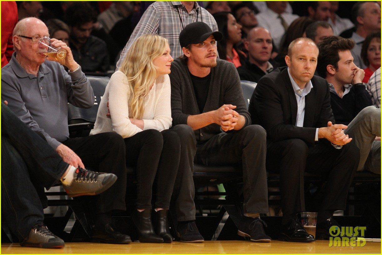 kirsten dunst garrett hedlund date night at the lakers 133066445