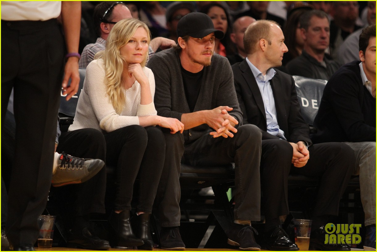 kirsten dunst garrett hedlund date night at the lakers 143066446