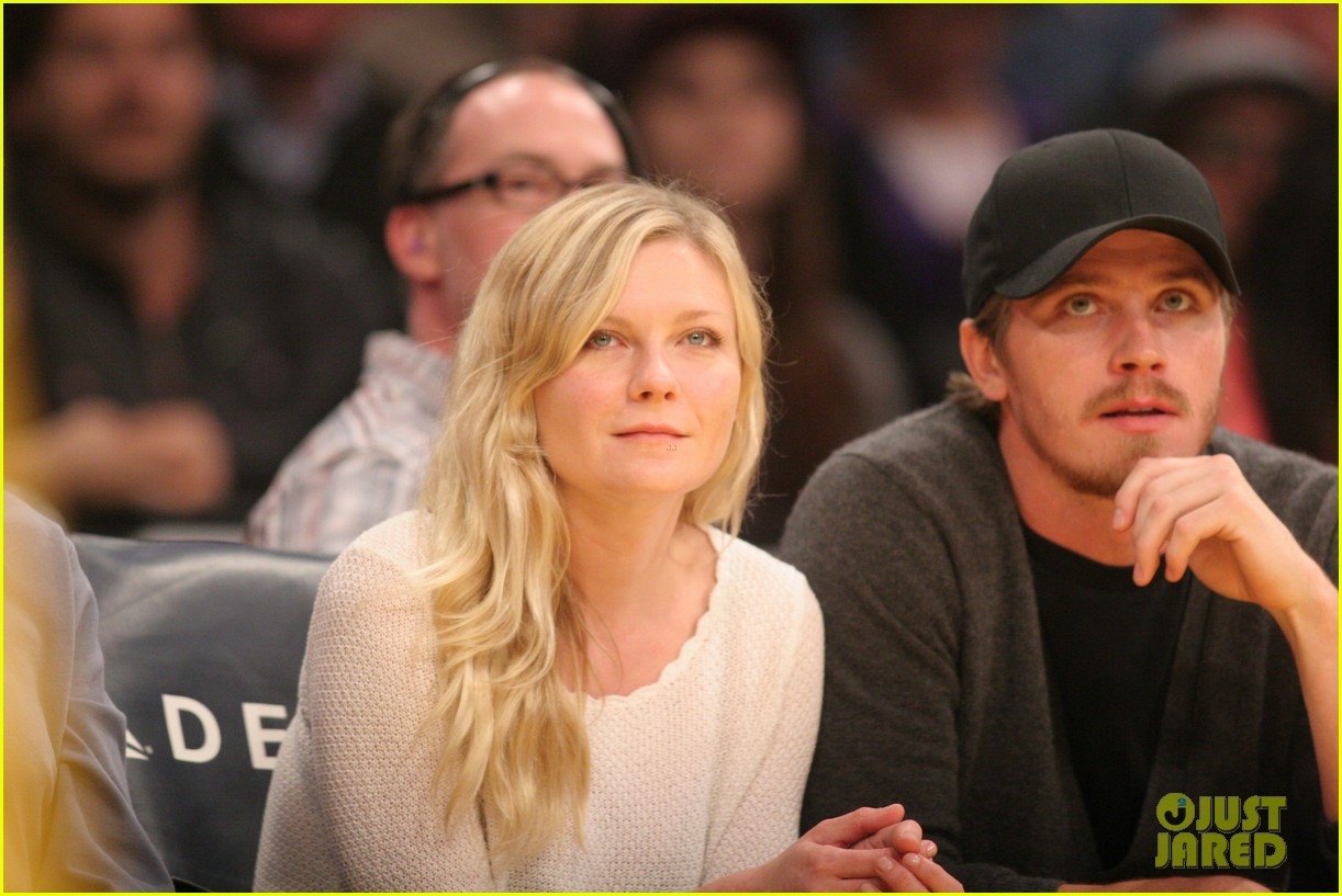 kirsten dunst garrett hedlund date night at the lakers 15