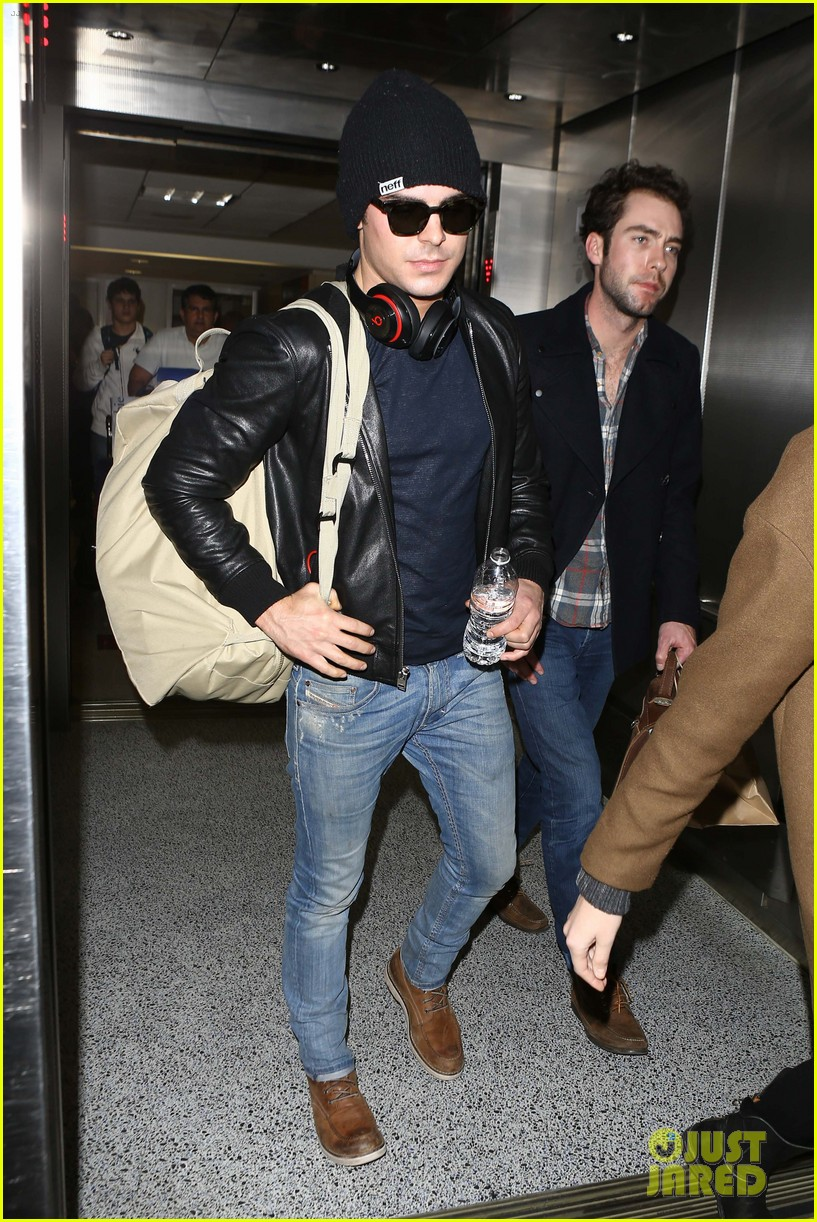 zac efron ashton kutcher fly out of austin after sxsw 153069209