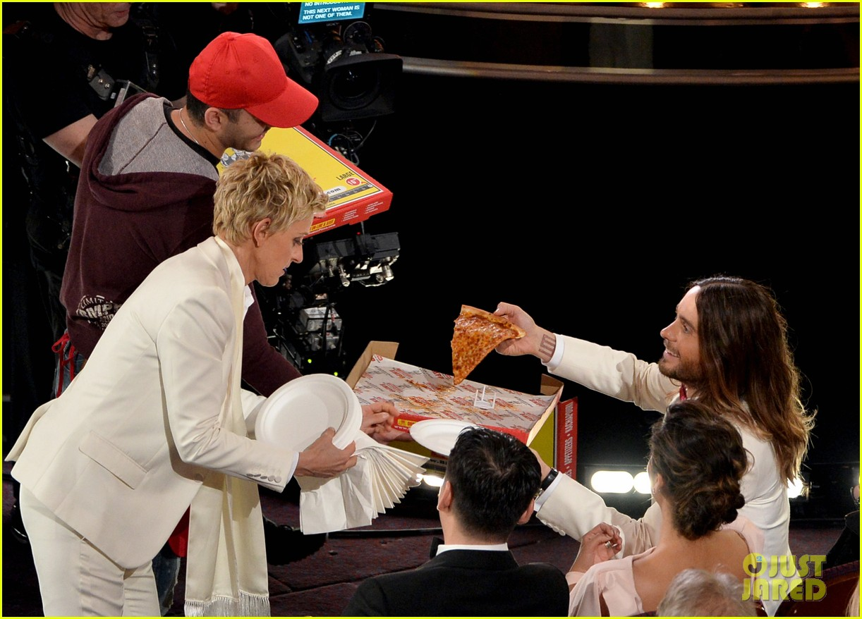 ellen degeneres serves pizza to celebs at oscars 2014 video 02