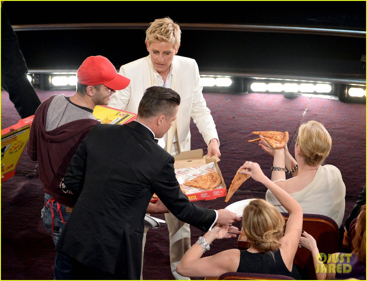ellen degeneres serves pizza to celebs at oscars 2014 video 043064218