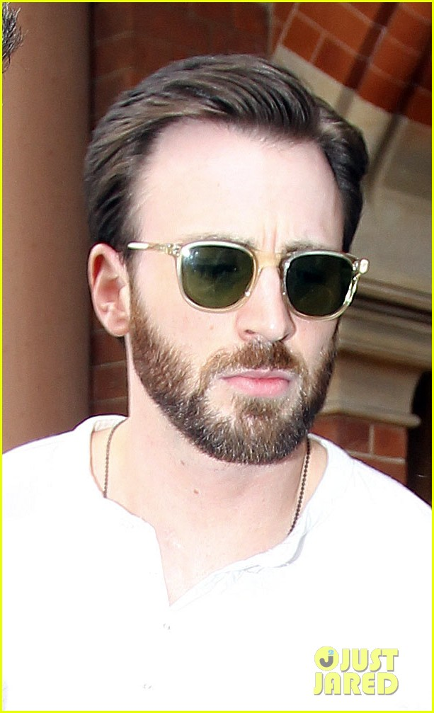 chris evans makes us swoon as he arrives in london 023074929