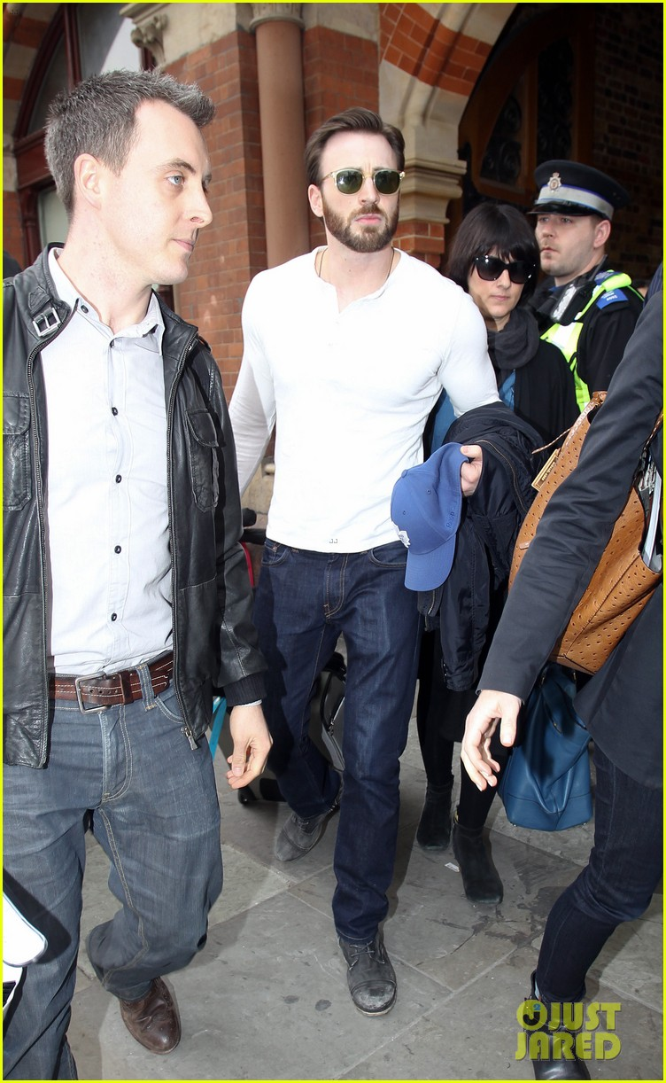 chris evans makes us swoon as he arrives in london 053074932