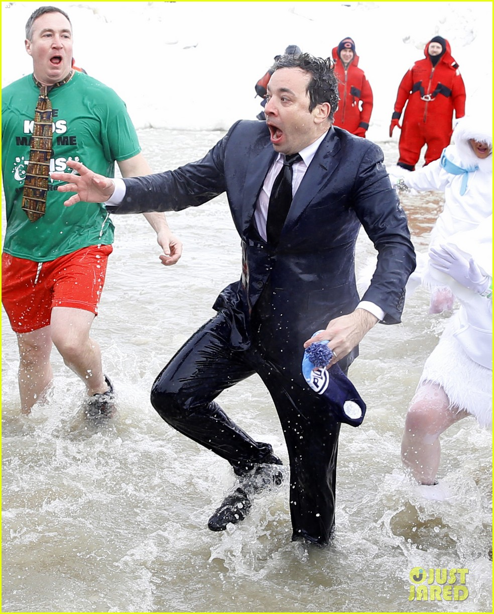 jimmy fallon takes the polar plunge in chicago 01
