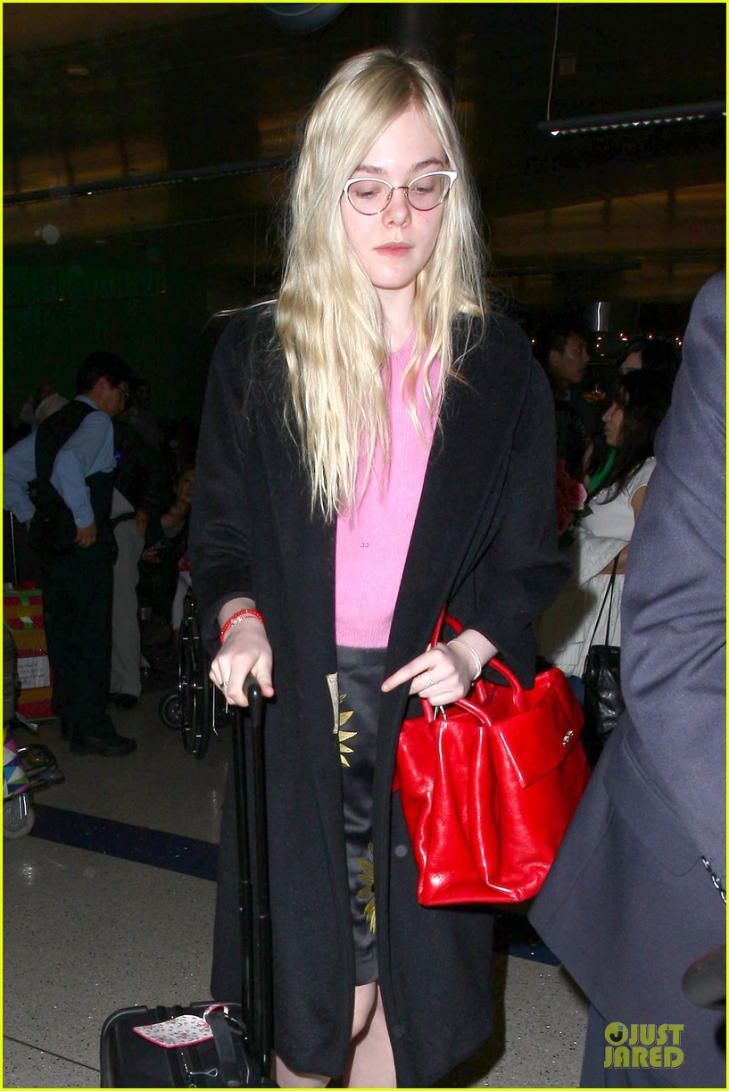 elle fanning blames schedule for not learning to drive 023068393