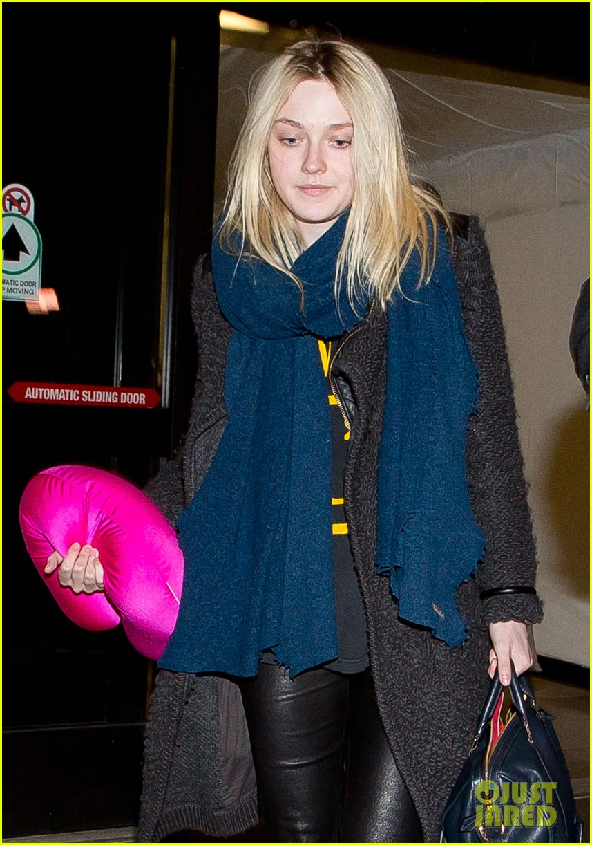 dakota elle fanning are chic sisters on separate continents 023067531